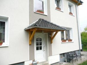Holzvordach Odenwald mit Biberschwanz.jpg