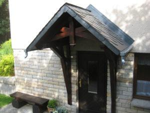 Satteldach-Holzvordach mit Schiefereindeckung