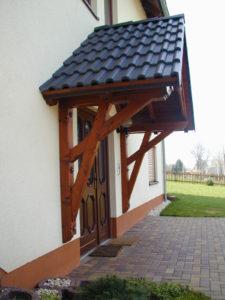 Satteldach Holzvordach mit Dachsteinen