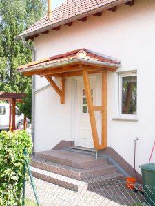 Holzvordach Odenwald Typ1 mit Eindeckung und Dachrinne